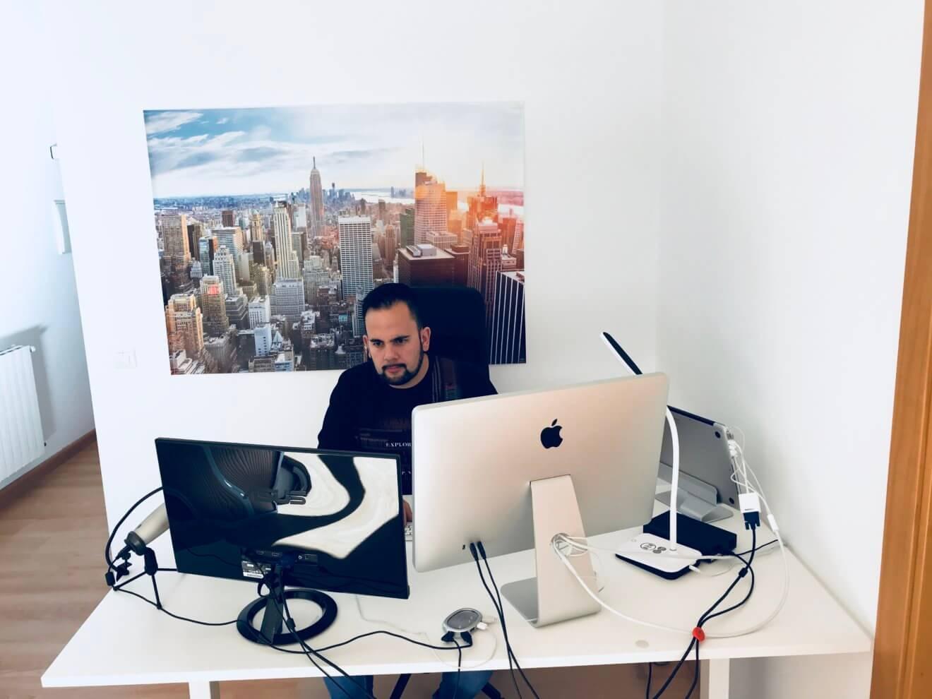 Eduardo trabajando en sus proyectos online